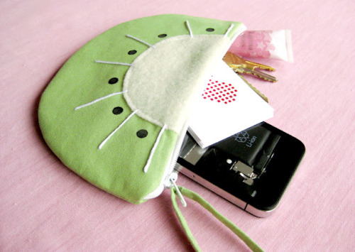 Kiwi Purse {How to} Found at: iwearthecanvas