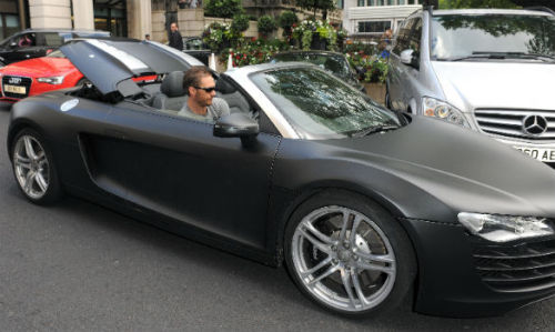 And here he is in his cool car. New? Got it for free from Audi, in exchange for him driving it to the premiere last night? *g*