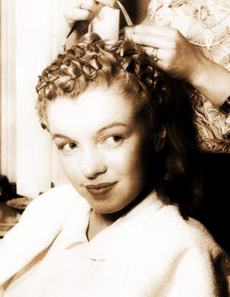 Marilyn gets her hair pin curled