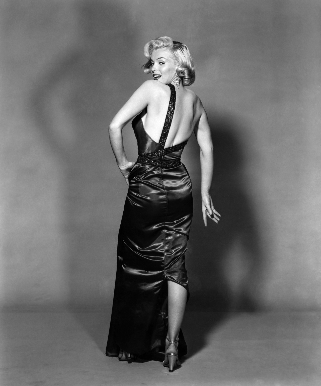 "withlovemarilynmonroe:  1953: Marilyn by Frank Worth.  Ruote LatinaRuote Italia Il portale ospita aziende, uomini e piloti e vuol essere un luogo di incontro tra quanti vivono le ""ruote"", qualunque esse siano, con passione, consci del valore che l'invenzione della ruota ha rappresentato per l'umanità tutta. Seguiteci con attenzione, non ve ne pentirete. Wheels Latina      Wheels  Italy The portal hosts companies, pilots and men and wishes to become a meeting place between those who live the ""wheels"", whatever they are, with passion, conscious of the value that the invention of the wheel has been for all of humanity. Follow carefully, you will not regret. Please Follow: http://www.ruotelatina.com ruotelatina@gmail.com  GOOD EARTH http://www.ferdinandporsche.net http://ruoteitalia-blog.tumblr.com/archive http://leosimonelli.tumblr.com/archive http://fabiodamiani.tumblr.com/archive http://italiaunoweb.tumblr.com/archive http://rossoferrari.tumblr.com/archive http://mitomotori.tumblr.com/archive http://motodays-2012.tumblr.com/archive  Pianeta RuoteWheels Planet"