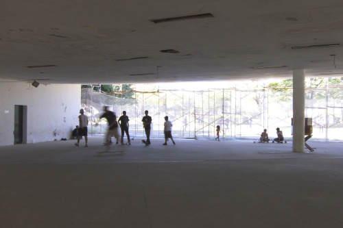 One last look at São Paulo: some skateboarders took over an Oscar Niemeyer building in Ibirapuera Park undergoing renovation.
