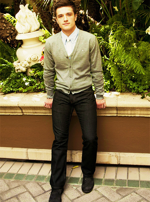 frostingpeetaswounds:  100 pictures of Josh Hutcherson (81/100)  i totally wish i were those pants right now!!! I'm jelly.