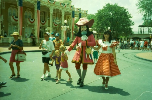 thoroughly-modern-minnie:  I'm not sure what is going on here - Magic Kingdom 1994.