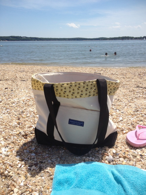 georgia-pearl:  My tote chillin' on the beach.