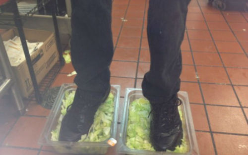(via 4Chan Outs Burger King Employee Who Put His Feet in Lettuce) A qui servent les réseaux sociaux ?