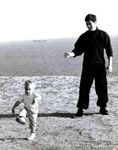 Brandon Lee correndo do papai, Bruce Lee.