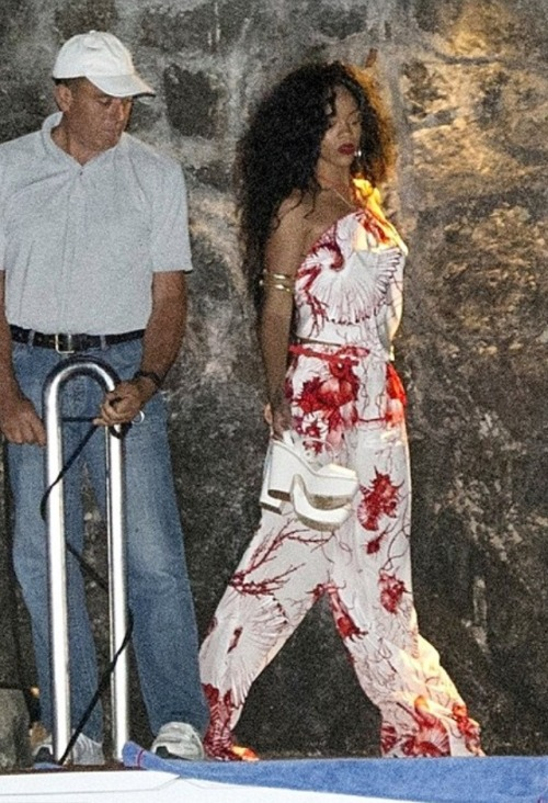 Rihanna vacation in Italy continuesShe's been so far in Sardinia, Capri and now Positano, on the Amalfi Coast. Rihanna has been…View Postshared via WordPress.com