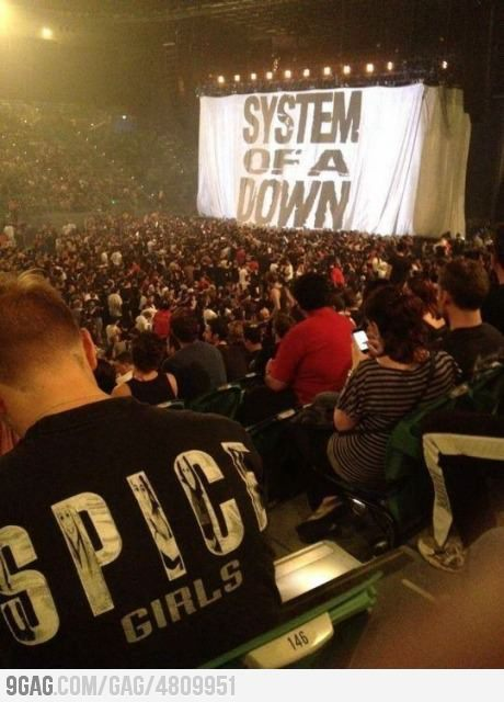 Epic Fail: Ir a un concierto de System of a Down con una camiseta de las Spice Girls.