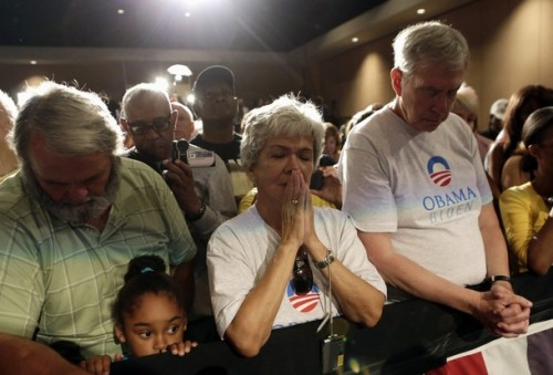 apsies:  People bow in a moment of silence requested by U.S. President Barack Obama for the victims of the Colorado shootings during an event in Fort Myers, Florida July 20, 2012. (Reuters Pictures)