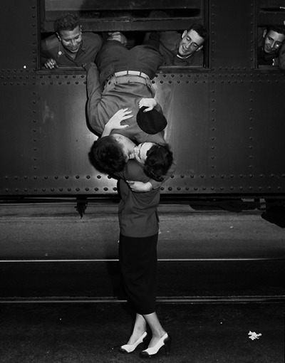 oulja:  Soldiers leaning out of train windows to kiss their girls goodbye before they left for the war.