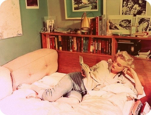 "powells:  ivanthays:  Marilyn Monroe lee en jeans mira más Famosos Leyendo en ""Mira quién lee"" en Pinterest.  She's definitely reading a book here! (Although many would argue that a script/play counts as ""real literature."")"