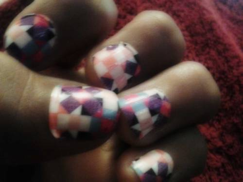siemprenena:  I havnt done my nails in too long , took the time out to do them today before I meet up with my bestfriend :D  Girl Peaches got #SKILLS :-*