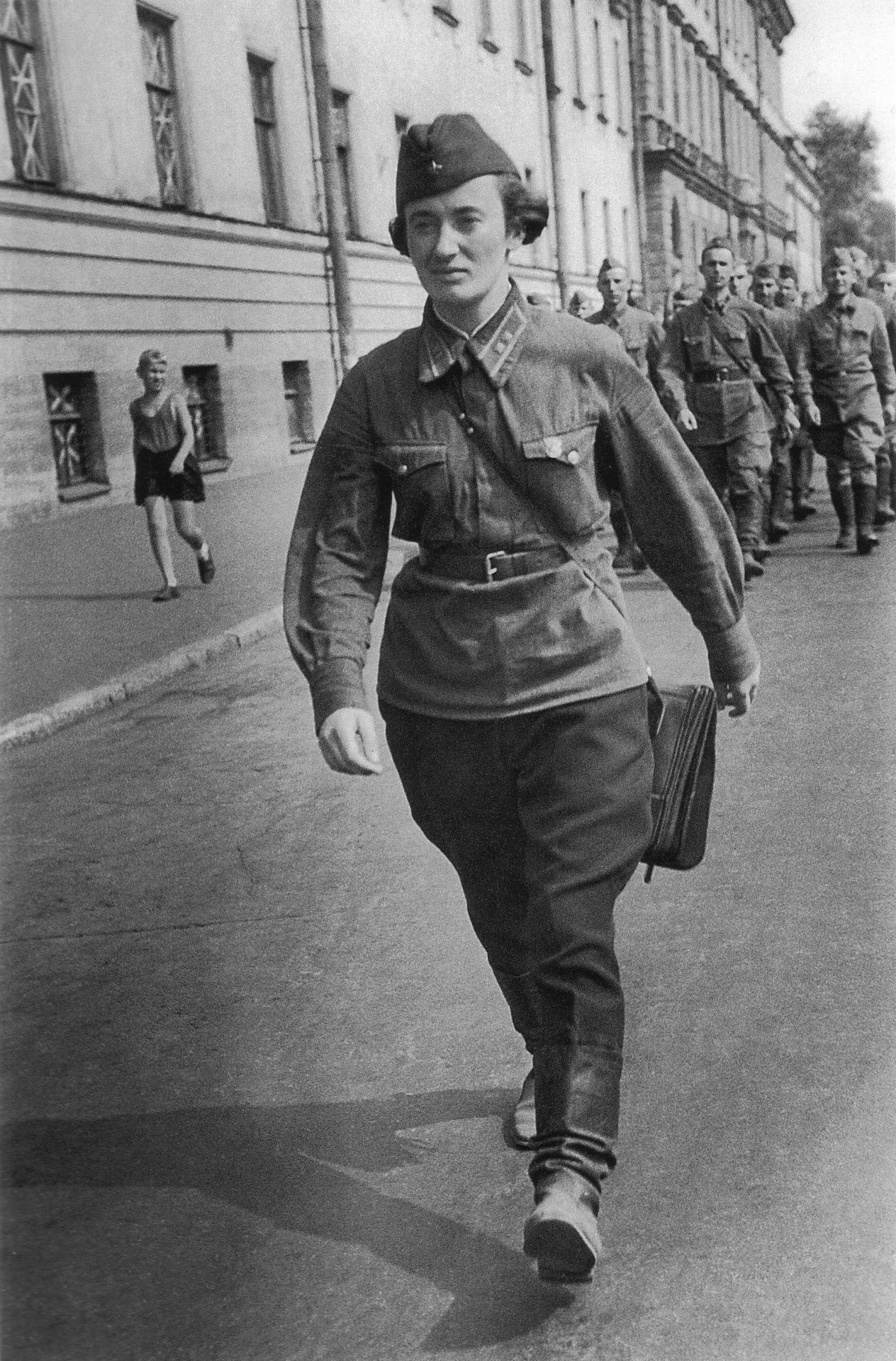 ppsh-41:  Platoon commander with her unit on the streets of Leningrad.