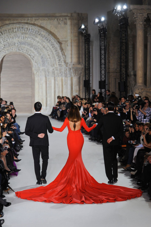 givene:  Yasmin Le Bon in 110 pound gown @ Stephane Rolland Haute Couture Spring/Summer 2012