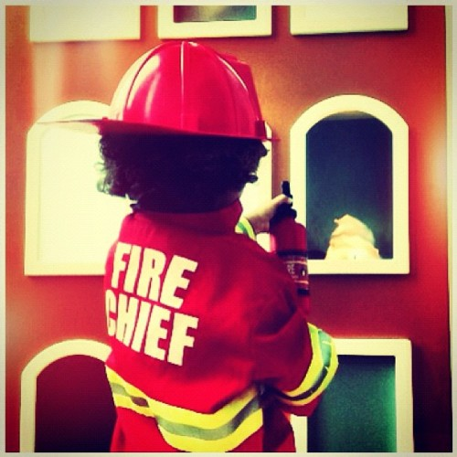 fire chief #puertorico #instagram #iphonegraphy #kids #curlyhair #fun #myson #memory #playing #happiness #instagram_kids #fatherandson #museum #happy #birthday #firekid #chief #fire  (Taken with Instagram at Museo Del Niño - Carolina)