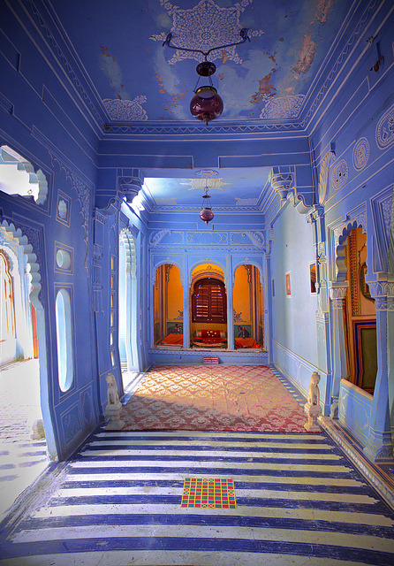 visitheworld:  Beautiful colours and architecture inside Mehrangarh Fort in Jodhpur, India (by ArunGopalan).