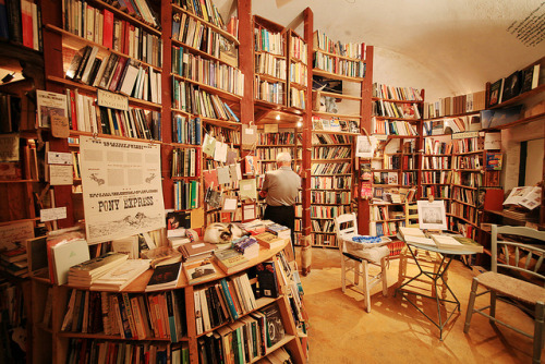 silhouetteface:  Wonderful Bookshop by syatin on Flickr.