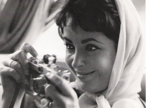 Elizabeth Taylor plays around with her Leica