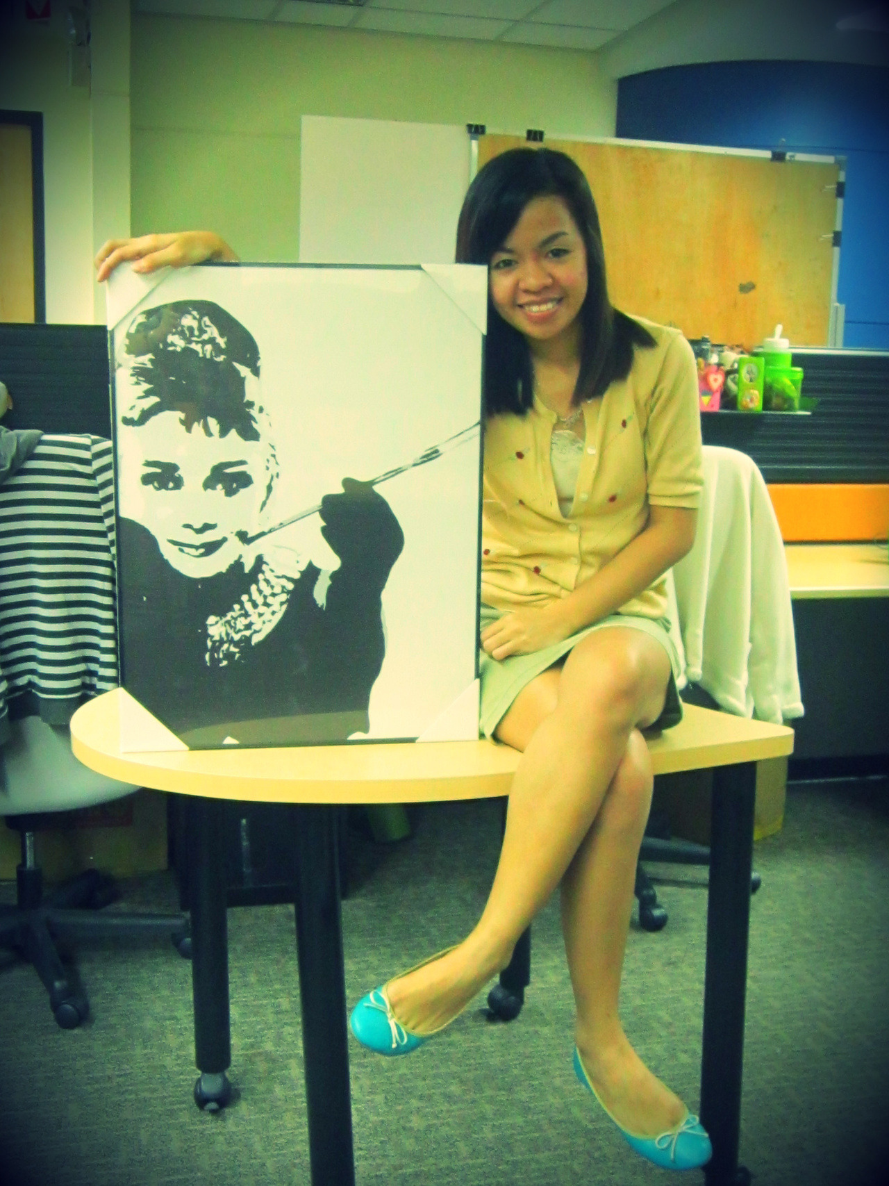 My teammates gave me this lovely portrait of Audrey Hepburn as a parting gift (since I will be  transferring to another team next month). I was about to buy the very same portrait for my humble home office but for some reason, hindi matuloy tuloy. Kaya pala. :)
