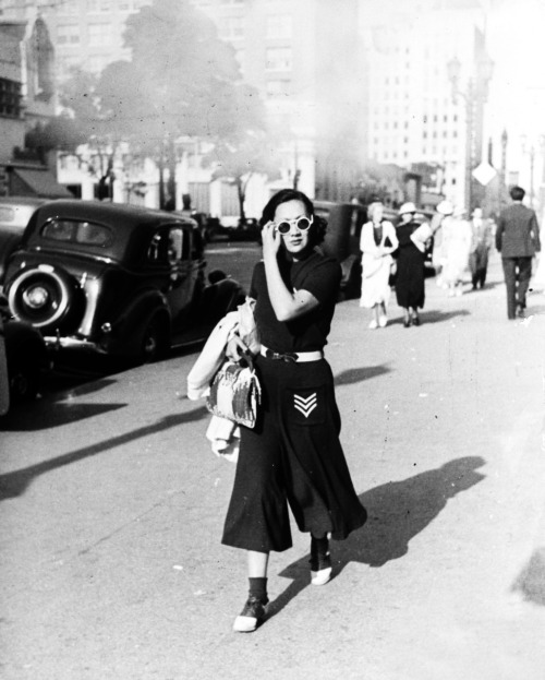 vintagegal:  Hollywood street scene in 1936, photographed by Alfred Eisenstaedt
