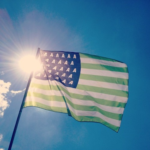 mic88:  appelsapofficial:  The sun smiles at the flag. Don't forget to tag your best Appelsap memories with #Appelsap2012 so we make can make a great collection! (Taken with Instagram at Oosterpark)  dus jij was er ook!  Jah man!!