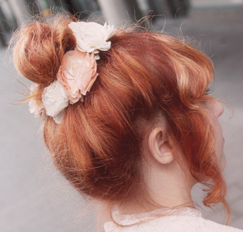 Chignon with flowers. Thanks to Sargonnas who took the photo!!