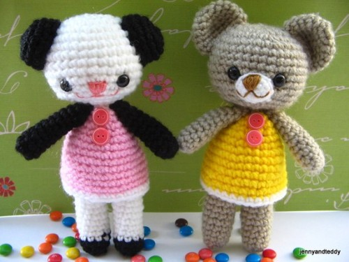 Free amigurumi pattern two little teddy bears Amanda and Annie — A free tutorial site for amigurumi beginners- Get Free & Easy Tutorial.