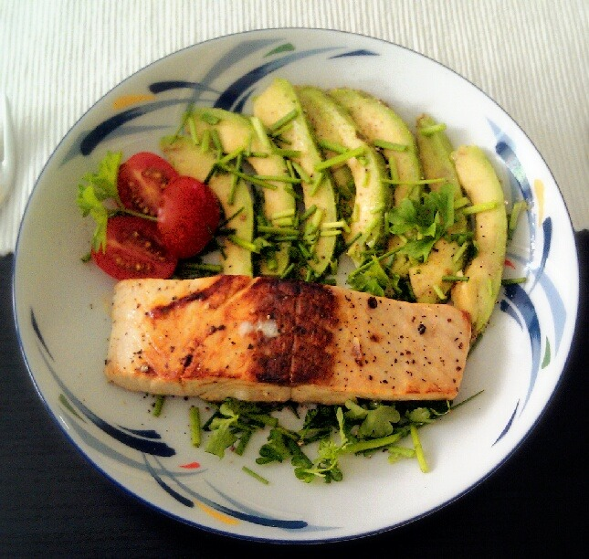 metamorphosis-to-skinny:  Todays lunch: FRIED SALMON WITH AVOCADO - 4.5 oz./ 125 g. salmon filet (i used deep-frozen) - 1/2 avocado - 1/2 lemon - parsley - chives - cherry tomatoes (for decoration) - 1 tsp. oil - salt and pepper Wash the filet and blot dry it. Sprinkle some lemon juice on it and season it as desired. Put the oil in the pan (and spread it) and set the stove on high heat. Roast the salmon gently and flip it over sometmes. Then lower the heat to medium, put a cooking top on the pan and let it cook until its done. Mine was frozen and it took about 10-15 minutes in the pan. While the salmon is cooking, cut the avocado in thin slices and place them on you plate. Season them if you want to. I always use sea salt. Hash your parsley and chives and spread them all over your avocado and plate. Your salmon should be cooked by now. Place it on the herbs and sprinkle some more lemon juice over it. Decorate with tomatoes and parsley. Yumm. nutrition facts:  I do only list the facts of the raw salmon and avocado cause i can't gauge the nutrition facts of the rest of the ingredients. I'm sorry. Maybe there is a plus of max. 75 calories. Salmon: 119 calories; 25 g. protein; 0 carbs; 2.1 fat; 0 dietary fiber; 0.13 g. sodium Avocado: 160 calories; 2g. protein; 8.5 g. carbs; 6.7 g. dietary fiber; 29 mg magnesium; 12 mg calcium; 0.55 mg iron;… Total calories: ~340 (I added some extra calories for the remaining ingredients) Total carbs: ~9 g Total protein: ~27 g And I had some green tea :)