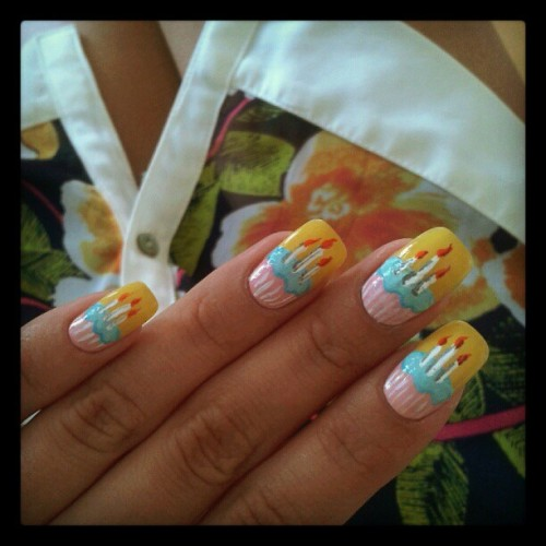 Birthday nails #nailartdesigns #nailartaddicts #nailart #nailpolish #nailove #nailartoohlala #naildecor #birthday #nails #beauty  (Tomada con Instagram)