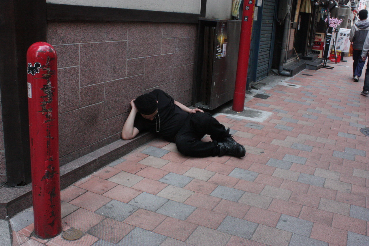 A guy casually sleeping on the alley, Shinjuku, 25th April ´12