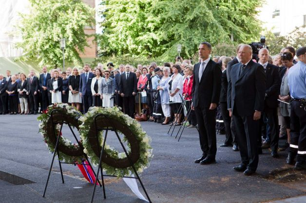 ryking:  Norway remembers victims of bomb, shooting attacks  Norway on Sunday paused to commemorate the 77 victims of a bomb and gun massacre that shocked the peaceful nation one year ago, a tragedy that the prime minister said had brought Norwegians together in defense of democracy and tolerance. Anders Behring Breivik, a 33-year-old far-right fanatic, has admitted to the July 22, 2011, attacks: a bombing of the government district in Oslo, killing eight, and a shooting rampage that left 69 dead at the left-wing Labor Party's youth camp on Utoya island. In a wreath-laying ceremony at the bomb site, Prime Minister Jens Stoltenberg said Breivik had failed in his declared goal of destroying Norway's commitment to being an inclusive, multicultural society.