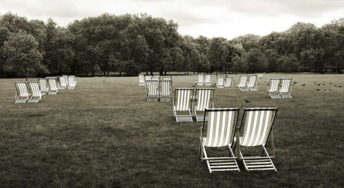 In London it is the perfect day to sit back on a deckchair in Green Park with a great book