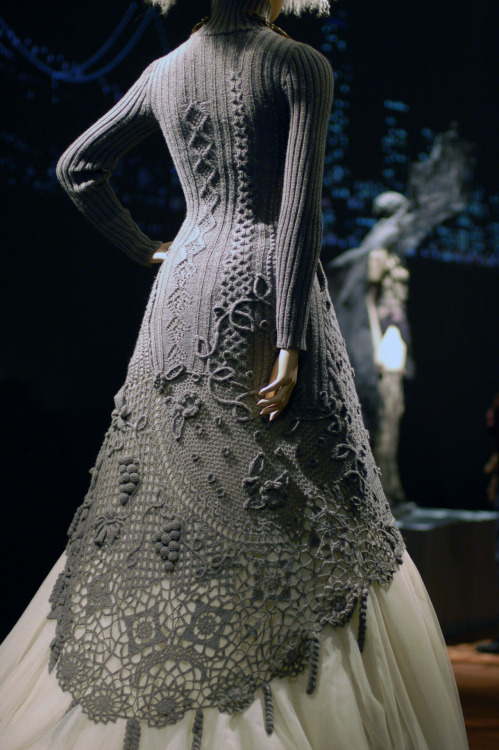 cola82:  kattos:   Knitted/crocheted dress by Jean Paul Gaultier.  Oh WOOOOOW!! *o*  Yes yes yes!