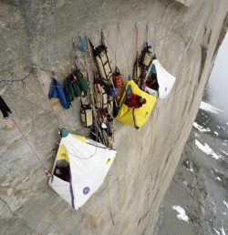 Petitbuzz.com partage le Petit Buzz Photo Extreme Cliff Camping (via Everyone`s Outdoor activity in the mountains)