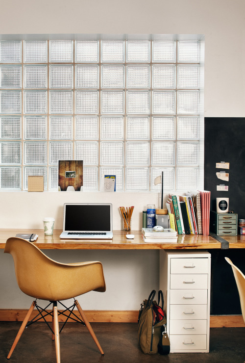 simple workspace (via interiorsporn:via fromyourdesks)