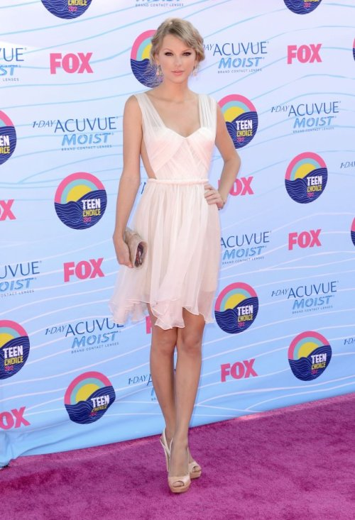crystalclearforme:  Taylor Swift is keeping it cool in a cute white dress!