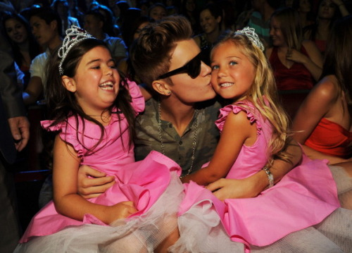 bieber-news:  Justin with Sophia and Rosie