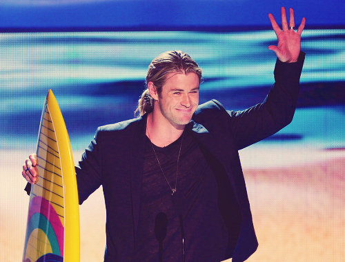Chris Hemsworth winning at the 2012 Teen Choice Awards