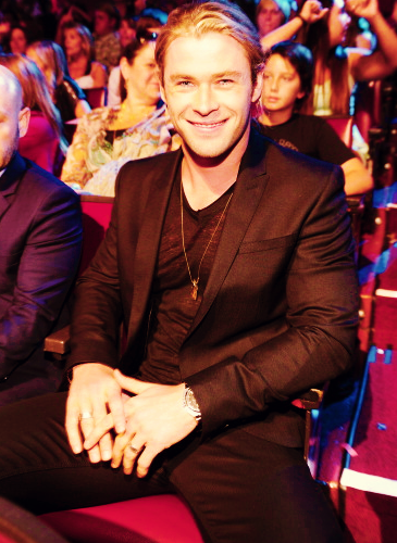 Chris Hemsworth sitting like Tom Hiddleston at the 2012 Teen Choice Awards