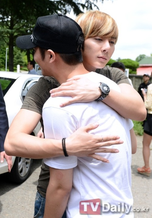 honoraryazian:  TV Daily got the other side of that hug! Omg Baby looks like he's about to cry… credit: TV Daily  T_____T  ♥ ♥ ♥