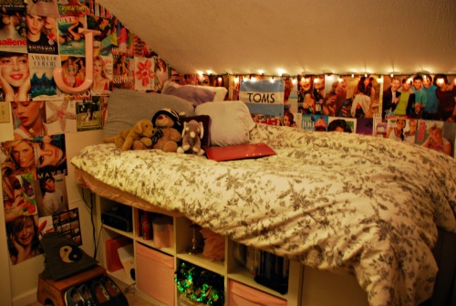 sugar-c00kie:  stilldie:  4ri-3l:  My bedroom<3  don't you ever hit your head on the ceiling ?  hey we have the same bed cover c;