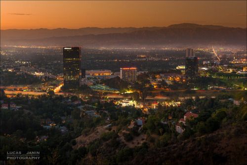 Just in time on Flickr.Studio City, Los Angeles, California, USA Shot 3 hours ago from Mulholland Drive with my friend Benjamin… We are late for get nthe nice lightt.. My first shot it's my best one :-) Post-process in Lightroom (no HDRI and only one shot)…