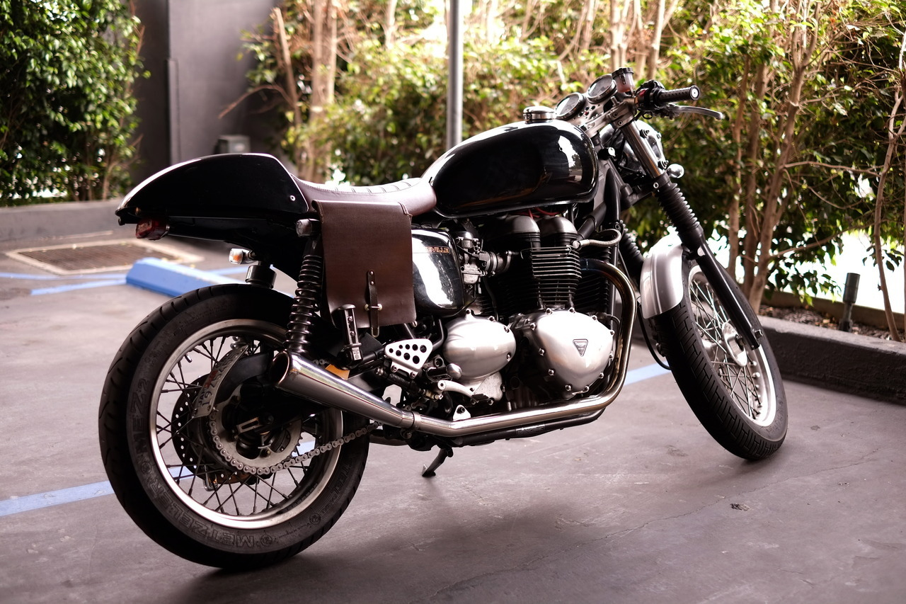 05? Triumph Thruxton w/ bonnie covers. that brown leather..