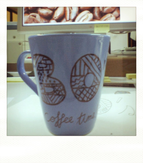 Taza personalizada a mano con un marker negro. Buen ejemplo de DIY. // Handy customized cup with a black marker. Good example of Do It Yourself.