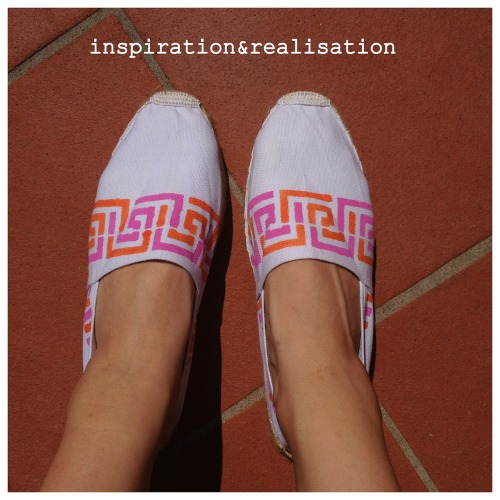 DIY Easy Stenciled Espadrilles Tutorial from inspiration & realisation here. Really easy and I also like the fabric paint Dontalla uses.