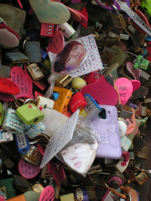 hoymilk:  Sunggyu and Woohyun at Namsan Tower's Locks of Love LOL  rizza & i