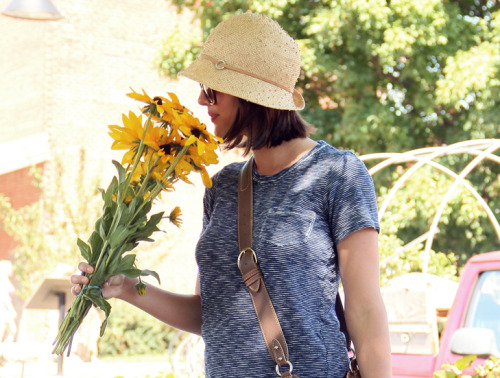 Jessica of What I Wore styles her classic bob beneath a straw hat, a look perfect for summer days.