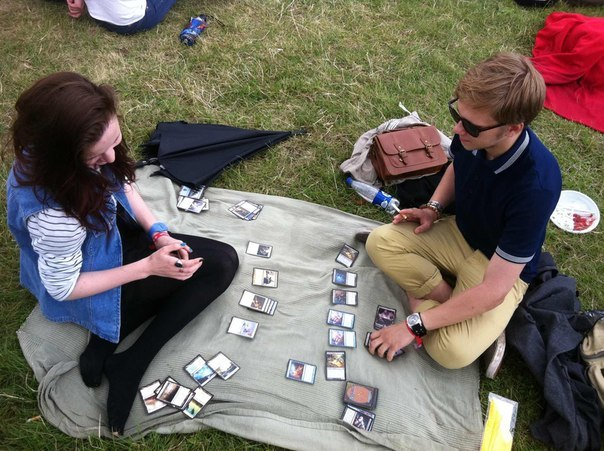 makimonstrous:  mtg-realm:  Picnic date - Magic the Gathering  THE PERFECT DATE  not perfect, but a nice one.