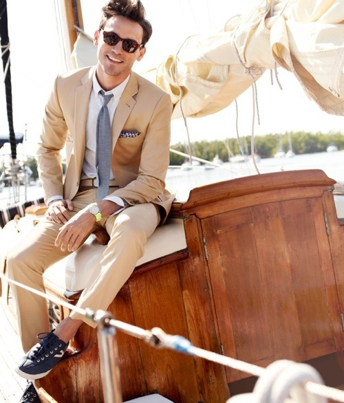 foreignunderground:  Light summer suit. I really like the tie and casual shoes