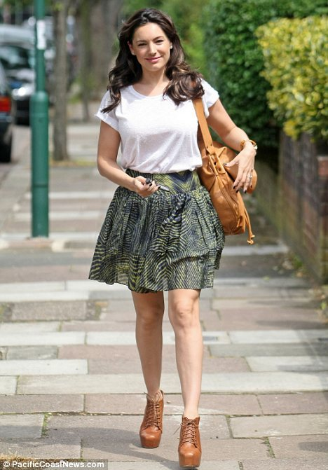 Kelly Brook in a flirtatious skirt What a simple outfit but that ruffled skirt makes Kelly Brook look so cute and this maybe the perfect outfit for a summer day.